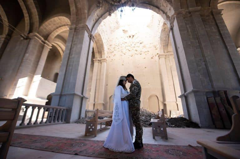 Αρμενία παντρεύτηκαν σε βομβαρδισμένη εκκλησία